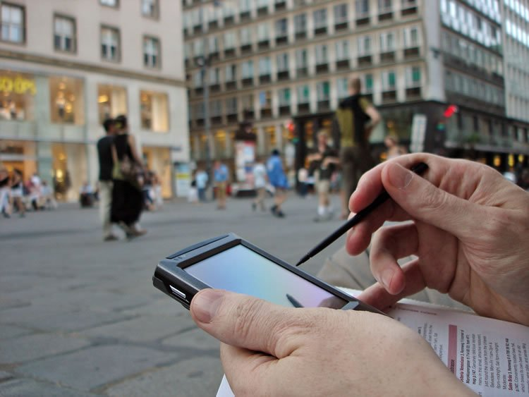 hands-holding-a-stylus-and-a-device-outdoors-incognito-software