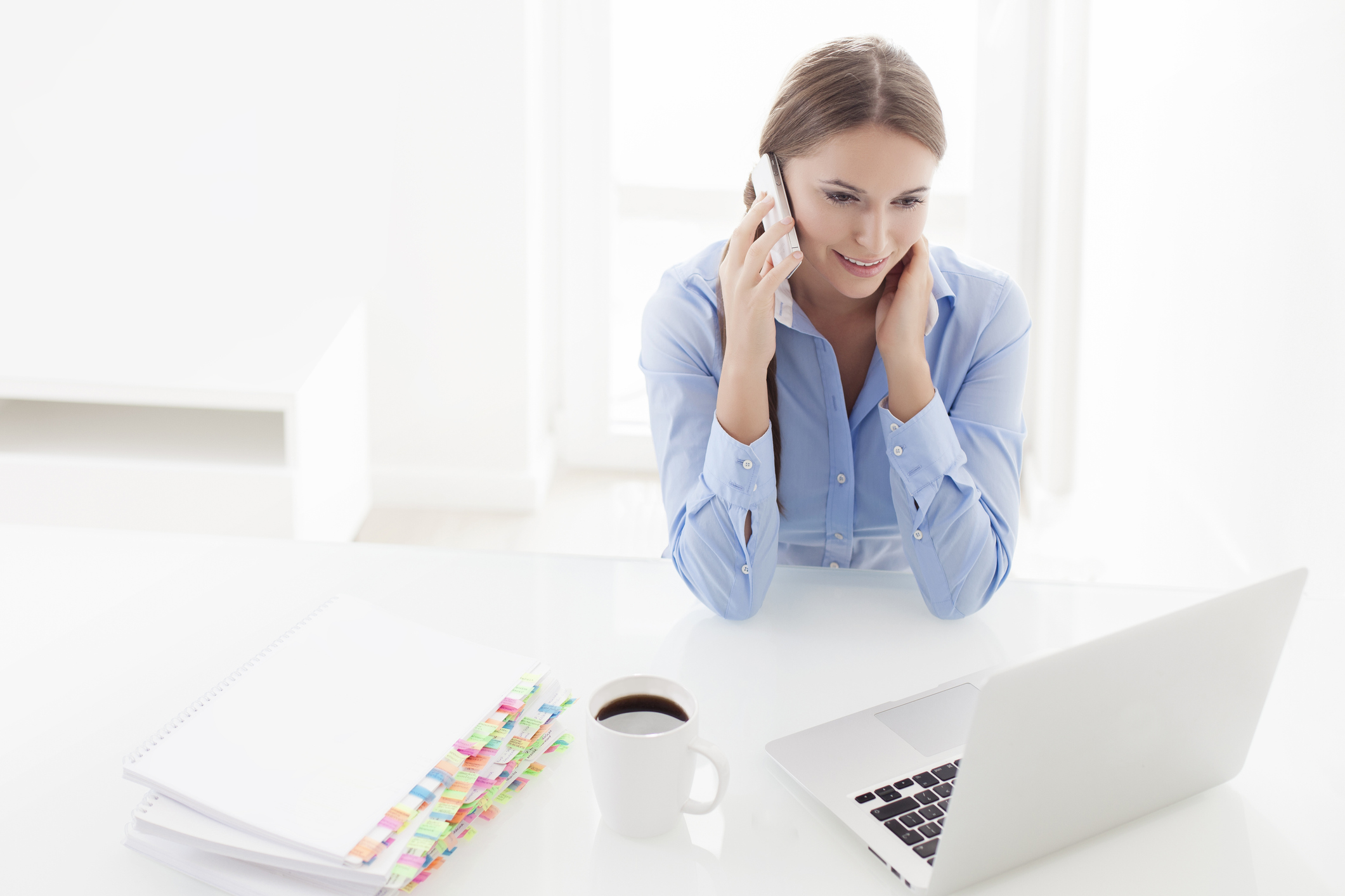 woman-talking-in-the-phone-while-in-laptop-incognito-software