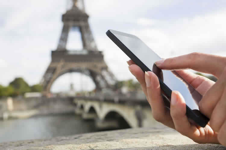 hand-with-mobile-phone-eiffel-incognito-software