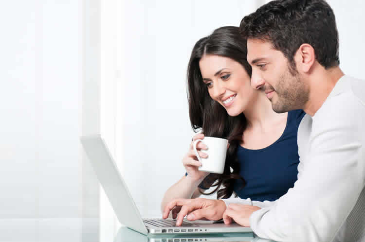 couple-looking-in-the-computer-incognito-software